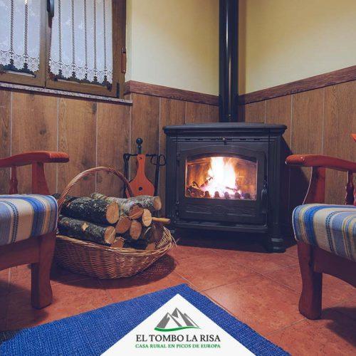 Chimenea de leña en el salón - Casa rural El Tombo la Risa - Turismo rural en Picos de Europa